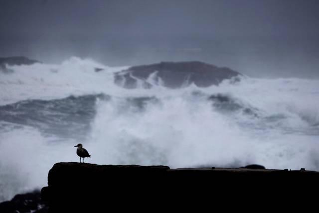 Las olas rompen contra las rocas en La Coruña