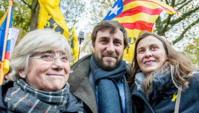 Clara Ponsati (I), junto a Meritxell Serret y Antoni Comin.