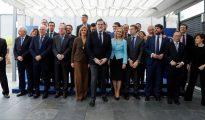 El jefe del Gobierno y líder del PP, Mariano Rajoy (c), posa para la foto de familia antes de la reunión que ha mantenido hoy con presidentes regionales en la sede de la calle Génova, para analizar la situación política del país.