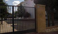 Puerta del colegio donde estudiaban los presuntos agresores y la víctima