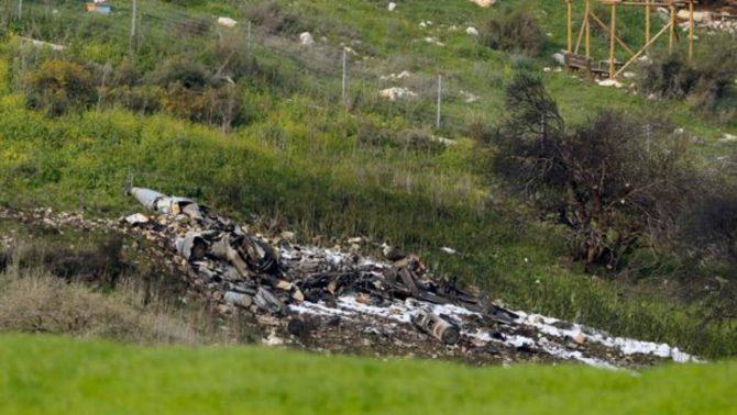 """Un avión israelí fue alcanzado este sábado durante una operación militar contra objetivos iraníes en Siria y cayó en territorio israelí, informó un comunicado del Ejército. """"Durante el ataque se dispararon varios misiles antiaéreos contra la aviación israelí. Los pilotos de uno de los aviones lo abandonaron según el procedimiento. Cayeron en territorio israelí y fueron llevados al hospital para recibir tratamiento médico. El incidente está siendo investigado"""", añadió la nota. El piloto se encuentra en estado grave. El Ejército de Israel atacó esta mañana objetivos iraníes en Siria tras interceptar un dron iraní en su espacio aéreo. """"Israel interceptó un vehículo aéreo no tripulado que cruzó espacio aéreo israelí desde Siria. En respuesta, la aviación atacó varios objetivos iraníes en Siria"""", aseguró un comunicado militar. Israel ha aumentado sus ataques contra objetivos iraníes en Siria en el último año, según la organización internacional Crisis Group, que alerta de un aumento de la escalada en la frontera norte. """"El Ejército ve los ataques iraníes y la respuesta siria como una grave e irregular violación de la soberanía israelí"""", advirtió. El primer ministro israelí, Benjamín Netanyahu, ha reiterado su preocupación por el aumento de las fuerzas pro iraníes en Siria que combaten junto el presidente Bachar Al Asad y asegura que no permitirá que se posicionen cerca de la línea divisoria. Crisis Group alertó en un informe de esta semana del incremento de la tensión en el norte y pidió a Rusia mediar para que mantenga los actuales acuerdos de contención por los que las fuerzas iraníes se mantiene lejos de territorio controlado por Israel. Tras el ataque de hoy, Israel dijo que """"está completamente preparado para futuras acciones""""."""