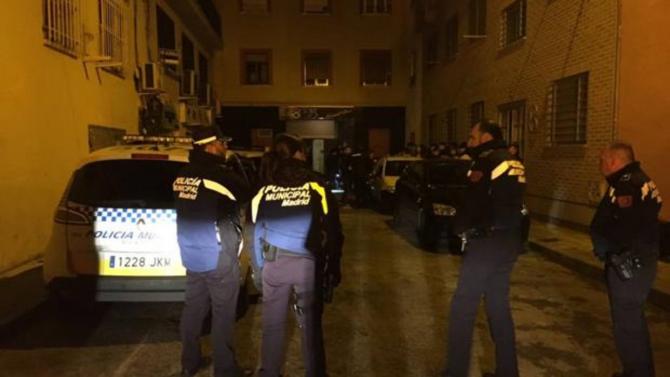 Agentes de la Policía Municipal frente al bar Hassel, en Usera - EMERGENCIAS MADRID