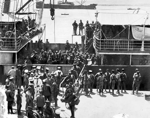 Llegada de refuerzos al puerto de Melilla en agosto de 1921