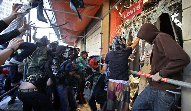 Separatistas de ultraizquierda destrozando escaparates en Barcelona.