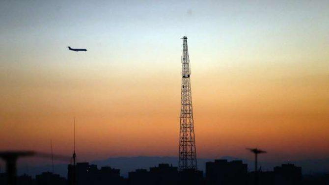 Un avión sobrevuela el cielo de la capital iraní
