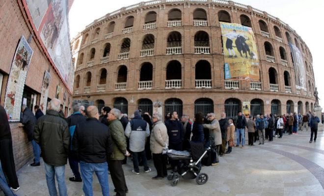 Decenas de personas hacen cola en las taquillas de la plaza de Toros de Valencia para comprar una entrada.