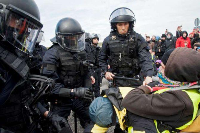 Disturbios entre policías y manifestantes en los cortes de carreteras en Figueras