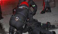 Policías autonómicos vascos intentan reanimar al compañero fallecido por los incidentes provocados por Herri Norte.