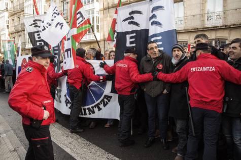 Los sindicatos de la Ertzaintza se concentran frente al Parlamento Vasco