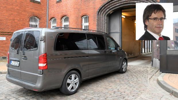 El coche de la policía que transporta a Puigdemont llega al centro de detención de Neumuenster.