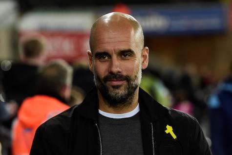 Pep Guardiola luciendo un lazo amarillo, símbolo del independentismo.