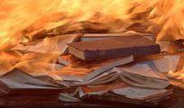 La 'comisión de la verdad' del PSOE podría llevarnos a imágenes como esta, de libros quemados