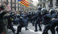 Los Mossos d'Esquadra impiden el paso de manifestantes en las inmediaciones de la Delegación del Gobierno en Cataluña este domingo.