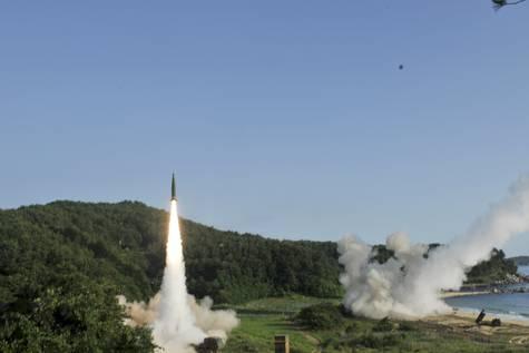Lanzamiento de un misil dentro del Mar de Japón.