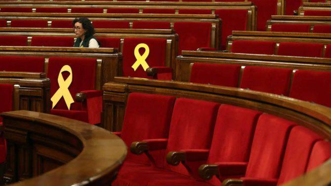 La presidenta del grupo parlamentario de ERC, Marta Rovira, junto a los lazos amarillos.
