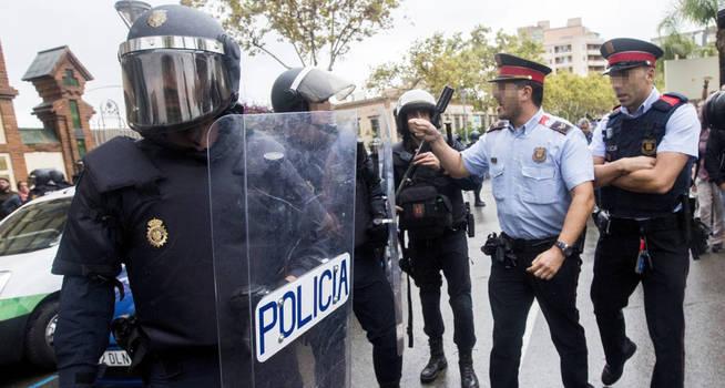 Mossos enfrentándose a policías durante el referéndum ilegal del 1-O