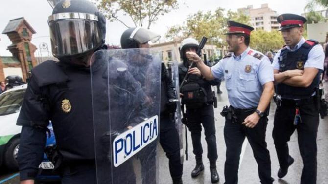 Mossos d'Esquadra y agentes de la Policía Nacional el día del referénduim