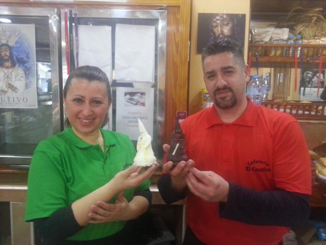 """Jorge y Maria José, dueños de la confitería """"El Cautivo, en el barrio malagueño de la Trinidad, con sus afamados merengues con forma de nazarenos."""