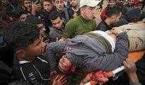 Varios palestinos trasladan a un muerto durante los enfrentamientos con soldados israelíes en el este de Beit Hanun