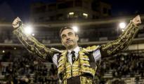 Enrique Ponce, en la primera de sus dos salidas a hombros en la Feria