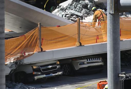 Varios vehículos han quedado atrapados entre los escombros del puente desplomado