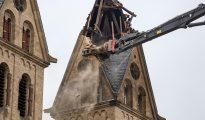 Demolición de una de las torres de la Iglesia de San Lamberto en Immerath, Alemania, el 9 de enero de 2