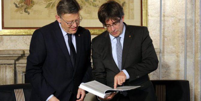El presidente de la Comunidad Valenciana, Ximo Puig, junto al expresidente de la Generalitat, Carles Puigdemont