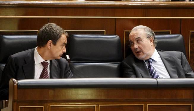 José Luis Rodríguez Zapatero (i) conversa con Pedro Solbes en el Congreso.