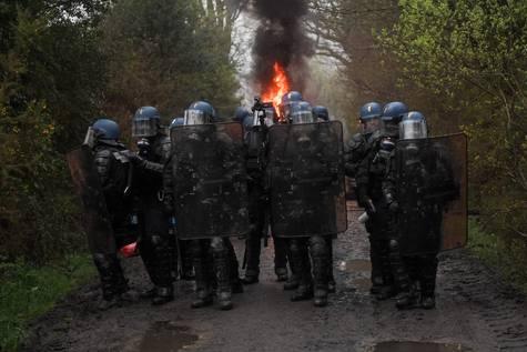 Antidisturbios franceses en formación para evacuar la zona ocupada