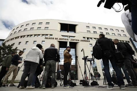 Multitud de medios esperan el fallo a las puertas del tribunal.