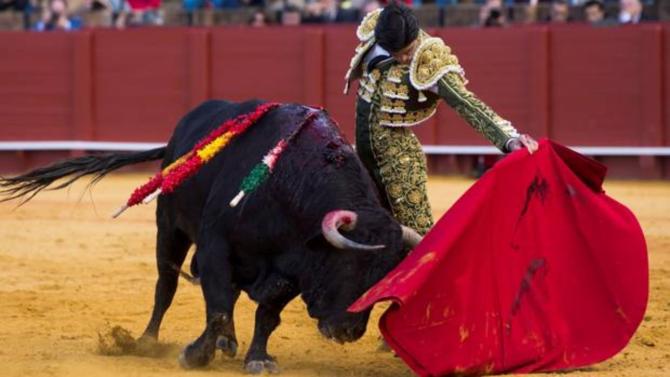 Pablo Aguado, a izquierdas durante su faena al tercer toro en Sevilla