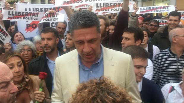 El exalcalde de Badalona rodeado por los independentistas - TWITTER DE XAVIER GARCÍA ALBIOL