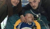 El pequeño Alfie, con sus padres.