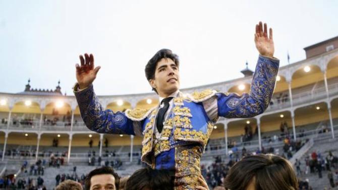 Álvaro Lorenzo sale a hombros de Las Ventas