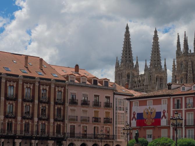 Edificio con la bandera rusa en Burgos (RT)