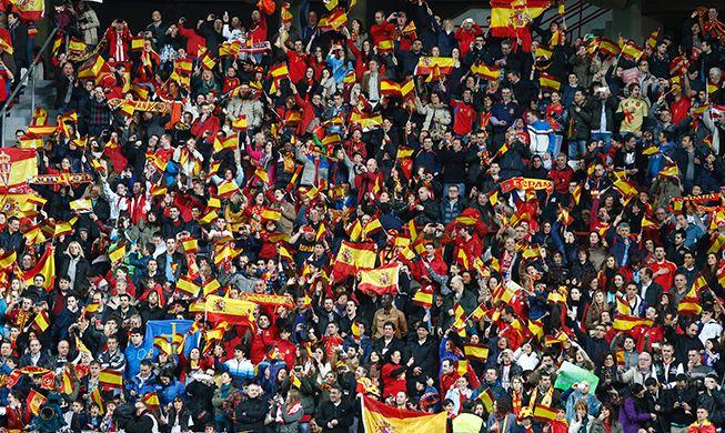 Banderas españolas en el estadio del Sevilla.
