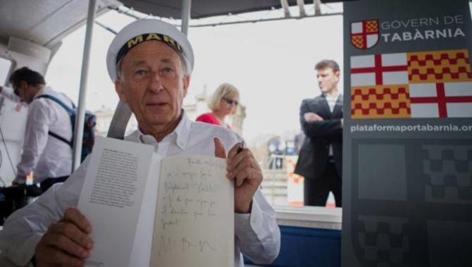 El presidente de Tabarnia en un catamarán en el puerto de Barcelona