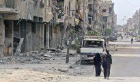Civiles caminan en la antigua ciudad de Duma, en las afueras de Damasco, Siria, el 17 de abril de 2018.