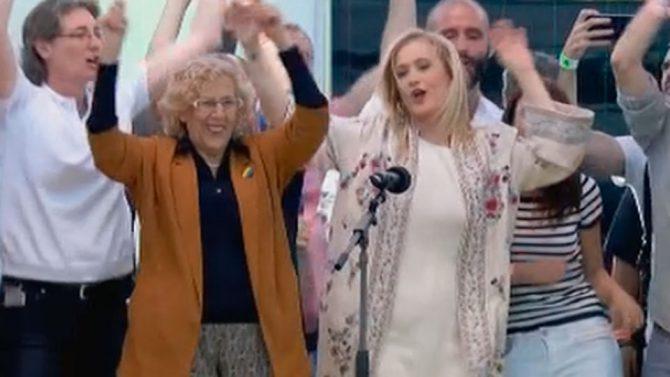 Cifuentes bailando junto a Carmena en el orgullo gay.