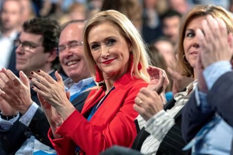 La presidenta de la Comunidad de Madrid, Cristina Cifuentes, aplaude durante la Convención Nacional del PP.