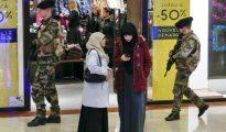 Dos mujeres musulmanas en un centro comercial de Lyon (Francia)