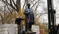 La estatua de James Marion Sims, en el momento de su retirada