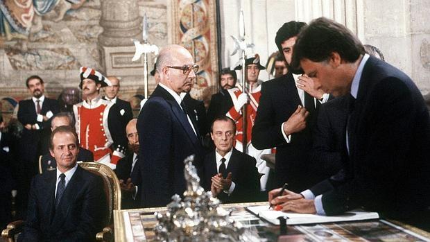 El expresidente del Gobierno, Felipe González, firma el Tratado de Adhesión a la Comunidad Económica Europea.