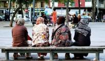 Mujeres inmigrantes en una plaza de Barcelona.