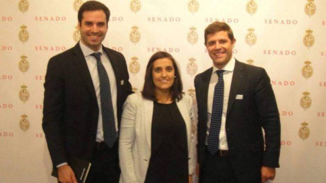 Ignacio de la Cierva y Javier Jarauta, de la URJC, con la entonces presidenta de Nuevas Generaciones, Beatriz Jurado. (URJC)