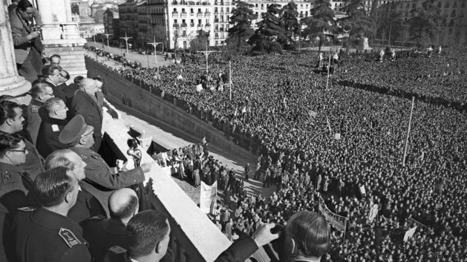 Multitudinaria manifestación contra Europa en la plaza de Oriente.