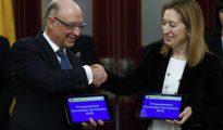 El Ministro de Hacienda, Cristóbal Montoro, entrega el proyecto de presupuestos a la presidenta del Congreso, Ana Pastor