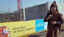 Cristina Narbona durante una visita en 2008 a las obras de la desaladora de Águilas (Murcia)