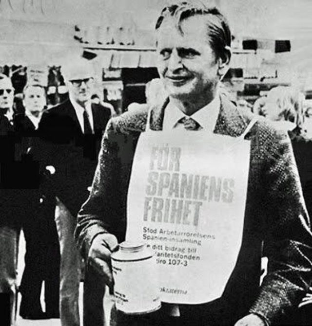 El primer ministro sueco Olof Palme pidiendo dinero hucha en mano en apoyo de ETA.