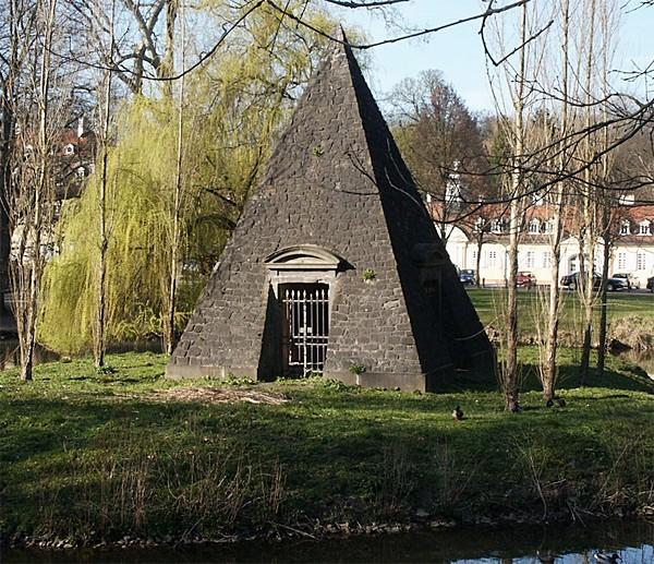 Pirámide en el interior del castillo de Wilhemsbad, propiedad de los Rothschild